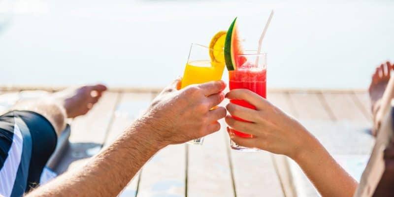 koppel strand cocktail vakantie